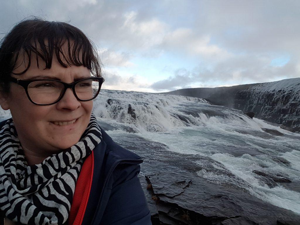 Linda vid ett av Islands många vattenfall