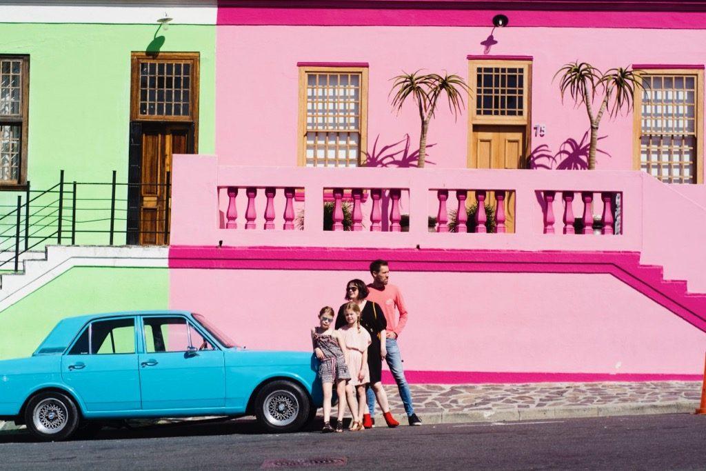 Familjen framför en bil i Bo-Kaap