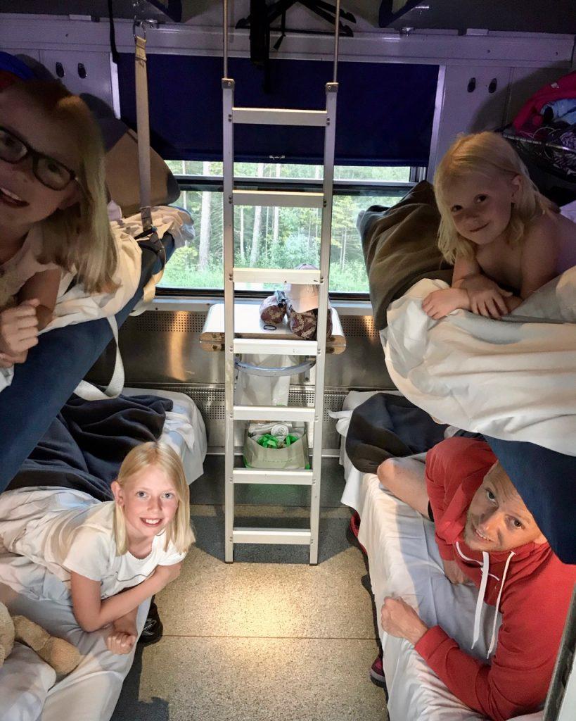 Sovkupé, resa med tåg i Sverige