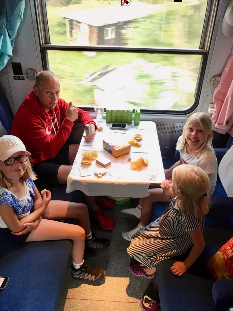 Resa med tåg i Sverige.